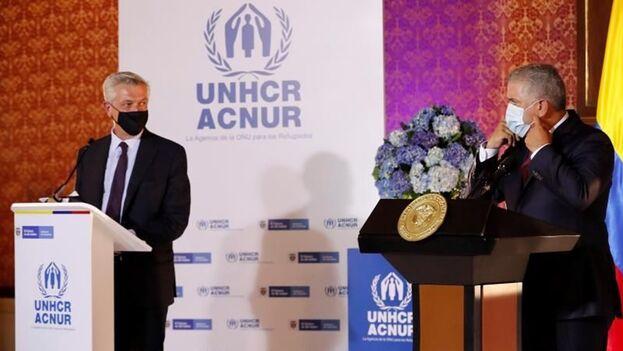El presidente de Colombia, Iván Duque (d), hizo el anuncio este lunes junto al Alto Comisionado de las Naciones Unidas para los Refugiados, Filippo Grandi, en Bogotá. (EFE/ Mauricio Dueñas Castañeda)