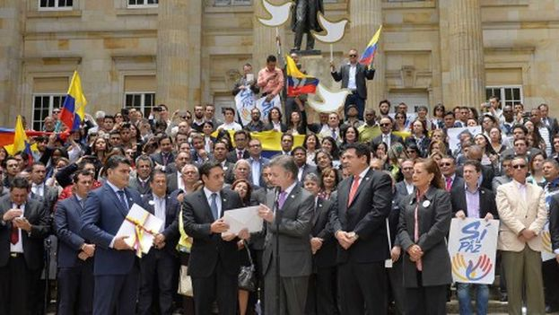 El presidente de Colombia, Juan Manuel Santos, en el centro, durante la entrega al Congreso colombiano, este jueves, del texto definitivo del acuerdo de paz con las FARC. (EFE/Mauricio Dueñas Castañeda)