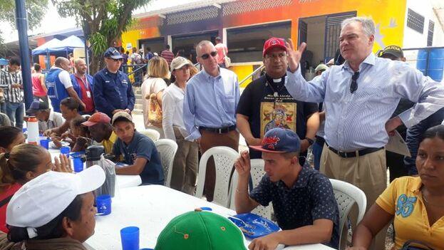 El embajador de Colombia en EE UU y el senador norteamericano Tim Kaine visitan el comedor Divina Misericordia de Cúcuta en el que se atiende a migrantes venezolanos. (CancilleríaColombia)