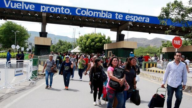 En la imagen, ciudadanos venezolanos ingresando a Colombia por el puente Internacional Simón Bolívar, en Cúcuta (Colombia). (EFE)
