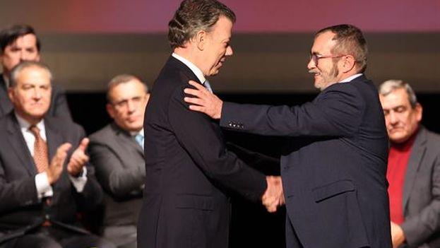 El presidente de Colombia, Juan Manuel Santos, y el jefe máximo de las FARC, 'Timochenko', tras la firma el nuevo acuerdo de paz. (EFE)