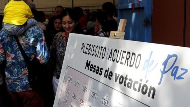 Colombianos hacen fila para votar en el plebiscito de la paz. (EFE)