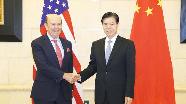 El ministro de Comercio chino, Zhong Shan, con el estadounidense Wilbur Ross el pasado septiembre, antes de empezar los problemas comerciales entre ambos países. (http://spanish.mofcom.gov.cn)