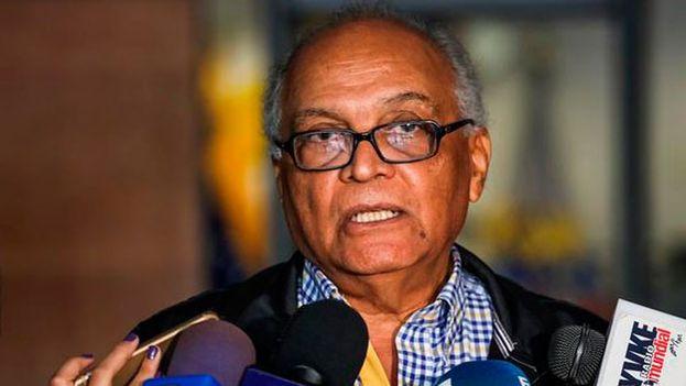 """El representante de la Comisión Electoral de la MUD, Vicente Bello, señaló que esta es """"la única razón que existe"""" para no publicar la lista de candidatos. (EFE)"""