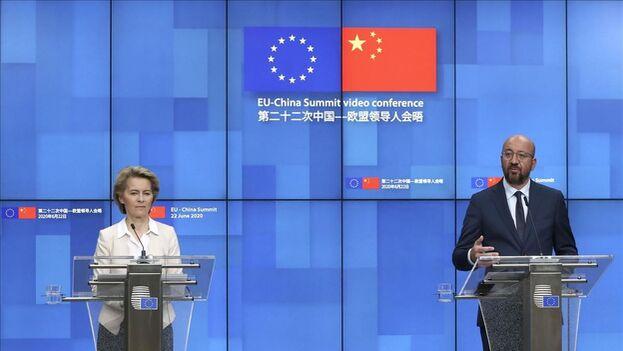 La presidenta del Comisión Europea,Ursula von der Leyen, y el presidente del Consejo Europeo, Charles Michel, después de una cumbre virtual con el presidente de China, Xi Jinping. (EFE / Yves Herman)