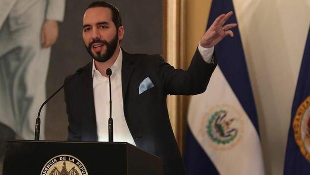 Nayib Bukele, brinda conferencia de prensa luego de la instalación de la Comisión Internacional Contra la Impunidad de El Salvador (Cicies) este viernes, en la casa presidencial, en San Salvador. (EFE)