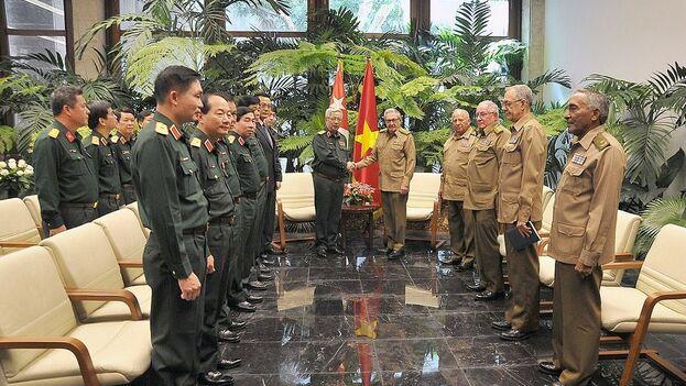 Raúl Castro, primer secretario del Comité Central del Partido Comunista de Cuba, con el coronel general vietnamita Nguyen Chi Vinh. (@PresidenciaCuba)