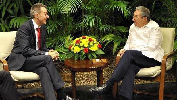 El presidente del Comité Internacional de Cruz Roja, Peter Maurer, y el mandatario cubano Raúl Castro. (@JPSchaererICRC)
