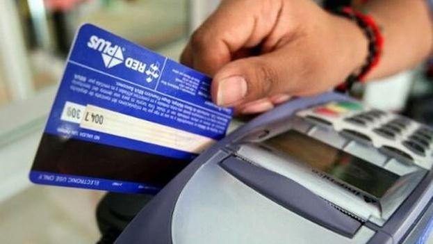 Compañía de Miami lanza primera tarjeta prepago para uso en viajes a Cuba. (EFE)