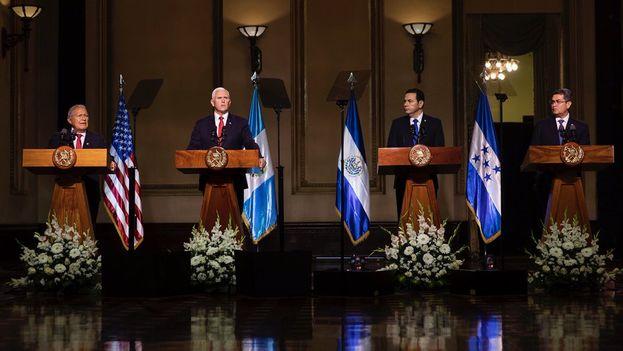 Comparecencia ante la prensa de los presidentes de Guatemala, Honduras y El Salvador y el vicepresidente de EE UU. (@VP)