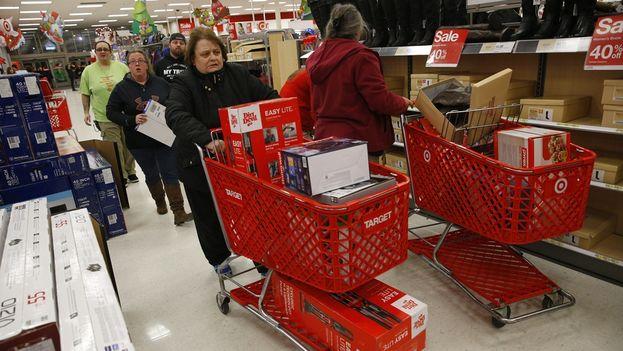 Compradores recorren el centro comercial Lenox Square durante las compras tempranas del viernes negro en Atlanta, Estados Unidos (Foto EFE)