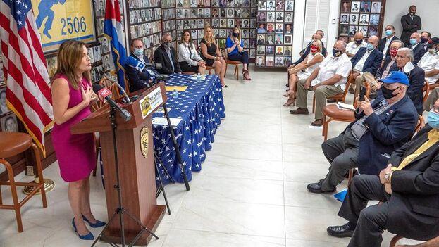 Mercedes Schlapp, asesora para Comunicaciones Estratégicas de la campaña de Trump, ante los excombatientes de Bahía de Cochinos, en en el museo de la Asociación de la Brigada 2506 en La Pequeña Habana, en Miami. (EFE/EPA/Cristóbal Herrera-Ulashkevich)