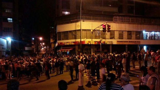 Concentración delante de la panadería de la Avenida Baralt para rechazar su ocupación por el Gobierno. (Twitter)