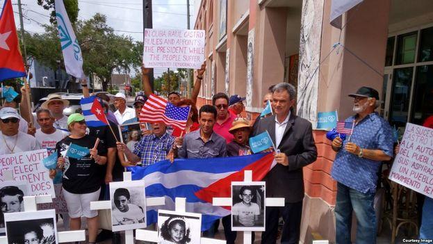 Concentración de Movimiento Democracia para protestar por el proceso de cambio en la presidencia cubana el próximo jueves. (Movimiento Democracia)