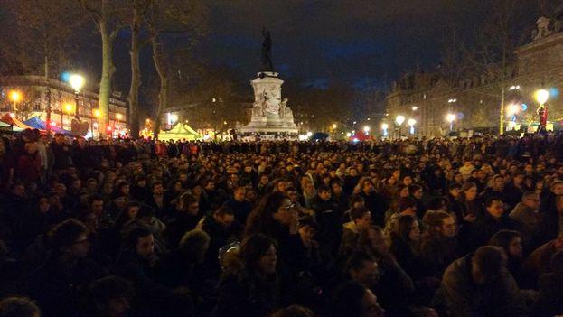 """Concentración de los """"indignados"""" en la Plaza de la República de París. (@nuitdebout)"""