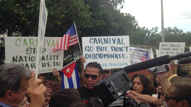 Concentración ante la sede de Carnival.