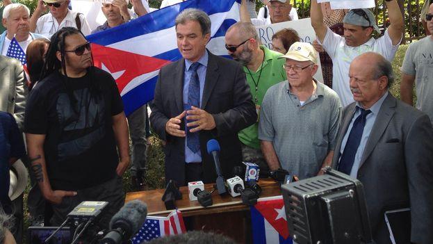 """Ramón Saúl Sánchez (al centro), líder del Movimiento Democracia durante una protesta en Miami bajo el lema """"Carnival stop nationality apartheid"""". (14ymedio)"""