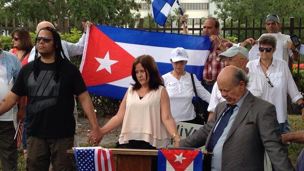 Unas 60 personas se han concentrado este martes en Miami frente a la sede de la naviera estadounidense Carnival en protesta contra la decisión del grupo de excluir a cubanoamericanos de sus cruceros a la Isla
