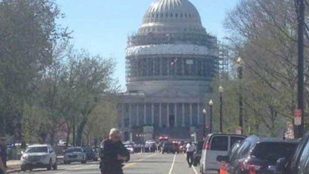 Confusión en los alrededores del Capitolio tras detectarse la presencia de un hombre armado. (Captura vídeo)
