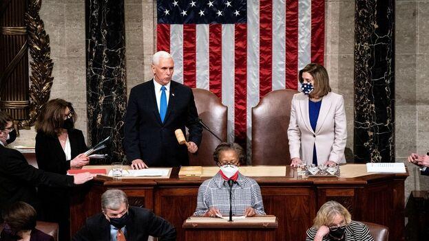 La sesión conjunta de ambas cámaras del Congreso confirmó que Biden y la vicepresidenta electa, Kamala Harris, superaron la barrera de los 270 votos electorales que da las llaves de la Casa Blanca, con un total de 306. (EFE)