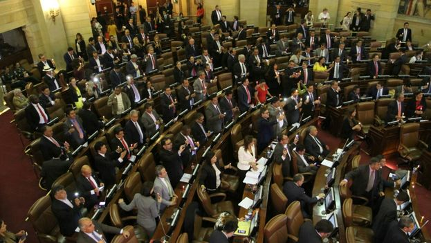 El Congreso aplaude tras la votación que refrenda los acuerdos de paz con las FARC. (Ministerio del Interior)