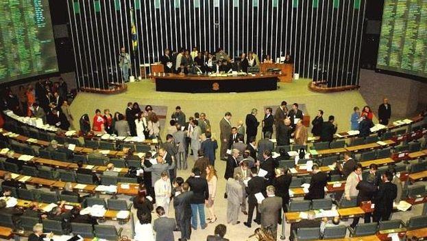 El Congreso decidirá este jueves, después de que se haya divulgado un polémico audio que sugiere que Rousseff intentó impedir un posible arresto de Lula. (CC)
