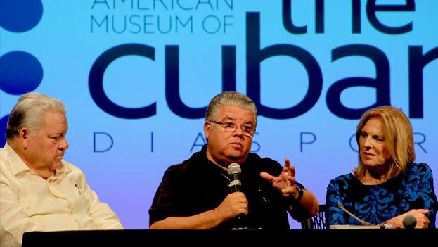 El padre José Conrado Rodríguez (al centro) durante la presentación de su libro en el Museo Americano de la Diáspora Cubana, acompañado por Manuel Salvat y Myriam Márquez. (14ymedio)