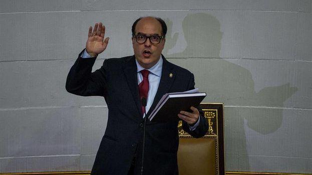 """""""Que sea el pueblo quien decida si convoca y respalda la renovación de los poderes públicos que se encuentran al margen de la Constitución"""", ha dicho el presidente de la Asamblea, Julio Borges. (EFE)."""
