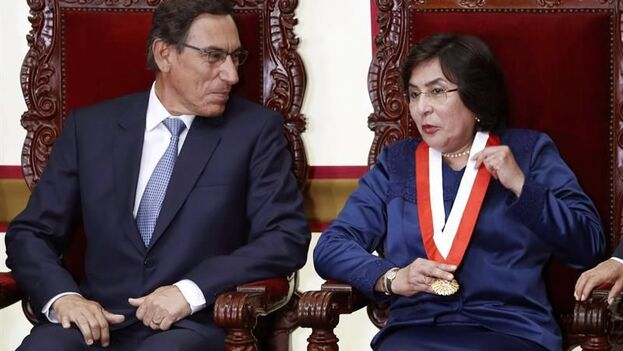 En la imagen, la presidenta del Tribunal Constitucional (TC) de Perú, Marianella Ledesma (d), junto al expresidente de Perú Martín Vizcarra (i). (EFE/Paolo Aguilar)