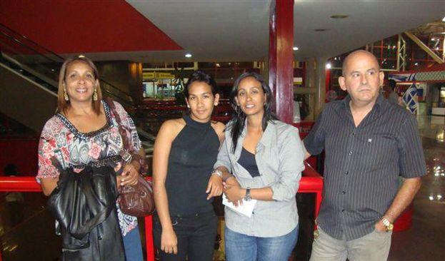 Elisa Consuegra Gálvez (segunda desde la derecha) con su madre, su hermana y su padre en el aeropuerto de La Habana cuando se despidió para viajar a Madrid en 2012. (Facebook)