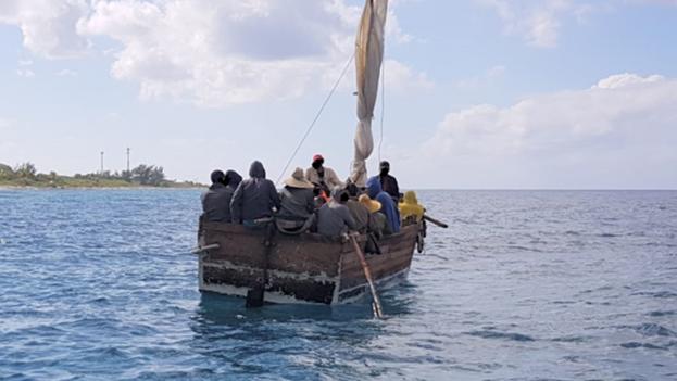 """Control de Aduanas y Fronteras informó que los cubanos no son """"prisioneros y no tienen restricciones de movimiento"""". (Cayman News Service)"""