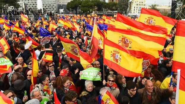 """Convocados por PP, Ciudadanos y Vox, los manifestantes coincidieron en la necesidad de mantener la unidad de España al grito de """"no se negocia"""". (EFE)"""