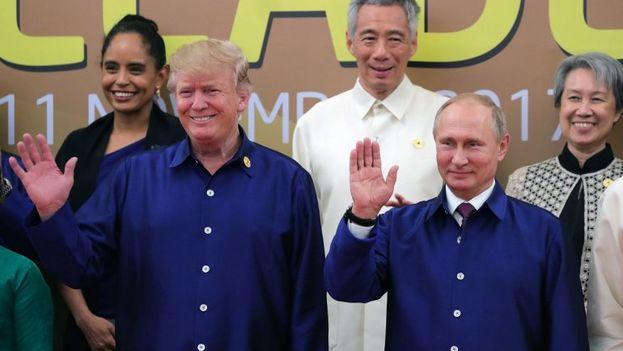 Donald Trump y Vladímir Putin se saludan en la Cumbre del Foro de Cooperación Económica de Asia-Pacífico celebrada en Vietnam este viernes. (EFE/Michael Klimentyev)