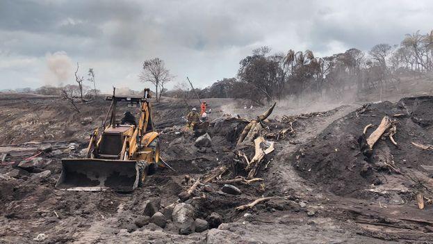Las condiciones climáticas y del volcán complican los trabajos de descombramiento en volcán de Fuego, según informó la Coordinadora Nacional para la Reducción de Desastres de Guatemala. (@CONRED)