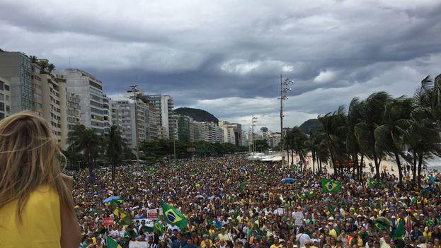 Copacabana se llenó de brasileños cansados por la corrupción este domingo. (BrasilSemPT)