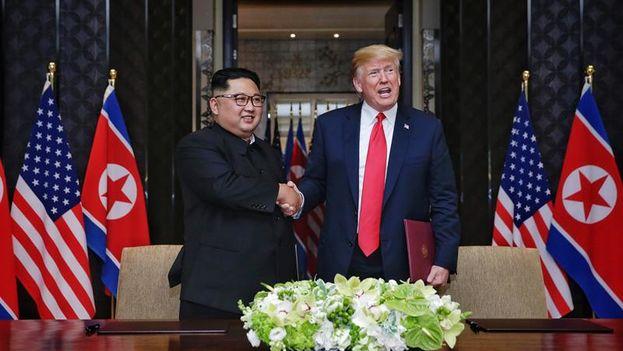 Los líderes de Corea del Norte y EE UU finalizaron la cumbre con la firma de un documento que supondrá (EFE/ Kevin Lim / Foto cedida por 'The Straits Times')