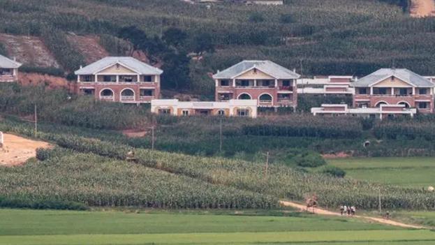 Residentes norcoreanos caminan Kaepung, en la frontera occidental con Corea del Sur. (EFE)