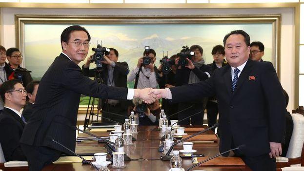 El ministro de Unificación de Corea del Sur y delegado en jefe Cho Myoung-gyon, y el principal delegado de Corea del Norte Ri Son-gwon en la reunión de hoy en el pueblo de tregua de Panmunjom (Corea del Norte). (EFE / JUNG UI-CHEL / KOREA)