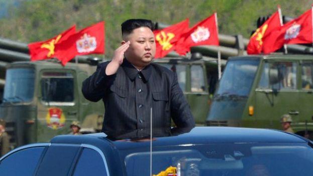 El líder de Corea del Norte, Kim Jong-un pasando revista a sus tropas. (EFE)