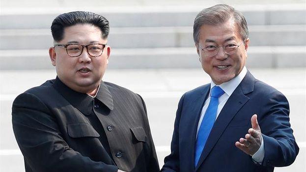"""Los líderes de las dos Coreas celebran hoy una histórica cumbre en la frontera, que comenzó con un afectuoso apretón de manos y con un compromiso de """"sinceridad"""" para alcanzar la paz """"como un regalo para el mundo"""".(EFE/KOREA SUMMIT PRESS POOL)"""