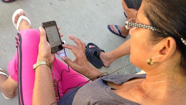 Una mujer cubana varada en Costa Rica intenta comunicarse por celular con sus familiares en la Isla. (Reinaldo Escobar)
