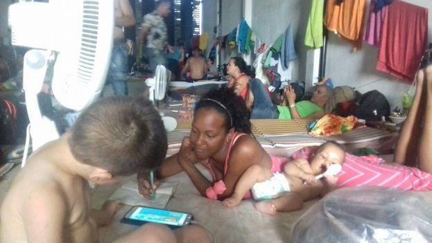 Migrantes cubanos esperan en una bodega de Turbo junto a niños y embarazadas (Aylín Gari Cruz)