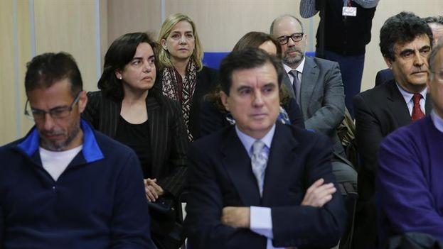 Cristina de Borbón, hermana del rey de España, sentada en el banquillo en el juicio por el caso Nóos a escasos metros del expresidente regional, Jaume Matas. (EFE/Ballesteros)