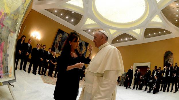 La presidenta argentina Cristina Fernández y el papa Francisco en Ciudad del Vaticano el pasado mes de junio. (Presidencia de Argentina)