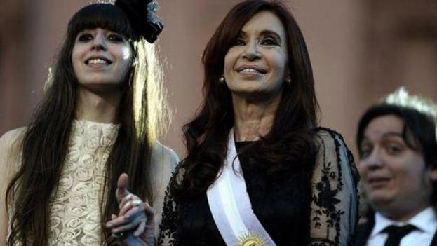 Cristina Fernández de Kirchner y sus hijos, Máximo y Florencia, en una imagen de archivo. (EFE)