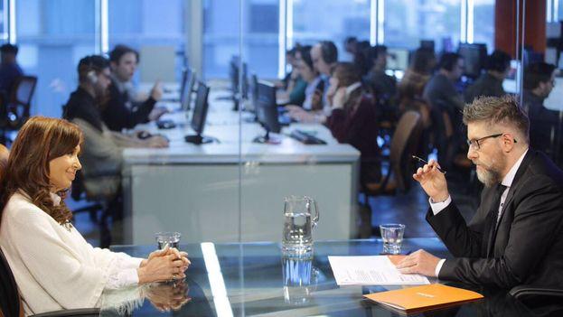 Cristina Fernández de Kirchner durante la entrevista en Infobae en la que dio su opinión sobre el estado de las democracias en la región. (CFKArgentina)