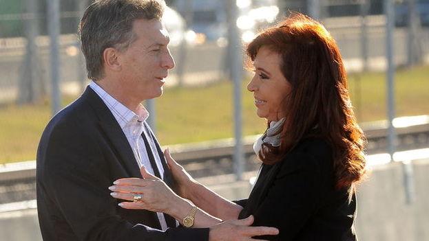 Cristina Fernández de Kirchner y el presidente electo, Mauricio Macri, en un acto oficial hace unos meses. (Foto EFE)