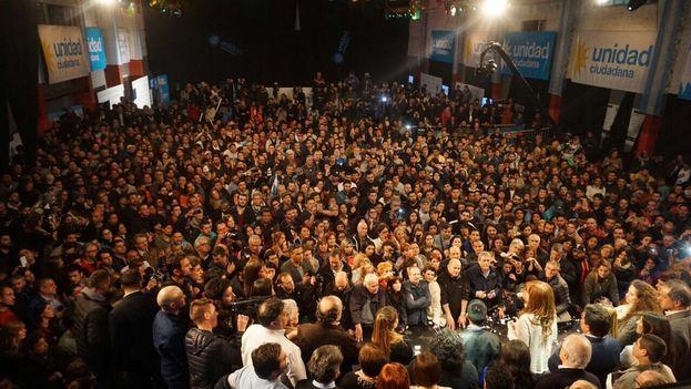 Cristina Fernández de Kirchner se dirige a sus simpatizantes después de las elecciones de este domingo. (CFKArgentina)