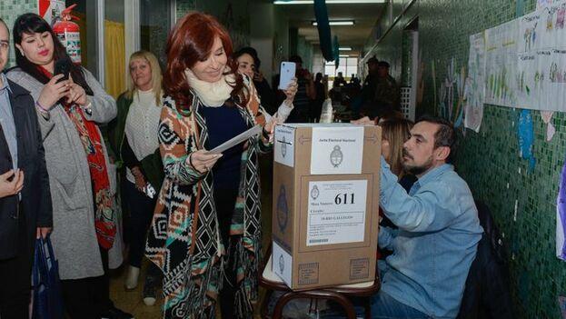Cristina Fernández de Kirchner votó el domingo en las elecciones en las que ha resultado ganar la vicepresidencia pese a las causas pendientes que pesan sobre ella. (CFK)