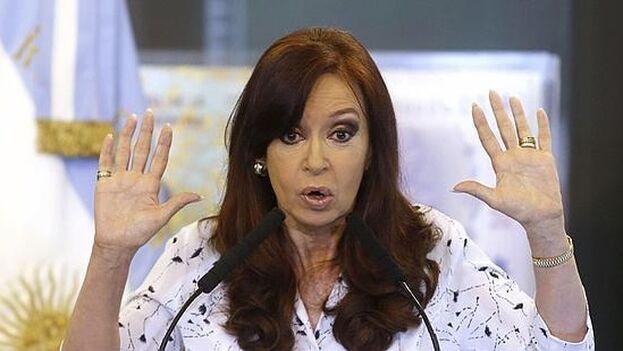 Cristina Fernández es acusada, junto a otros imputados, de encabezar una asociación ilícita y de fraude en la concesión de obras. (EFE/David Fernández)